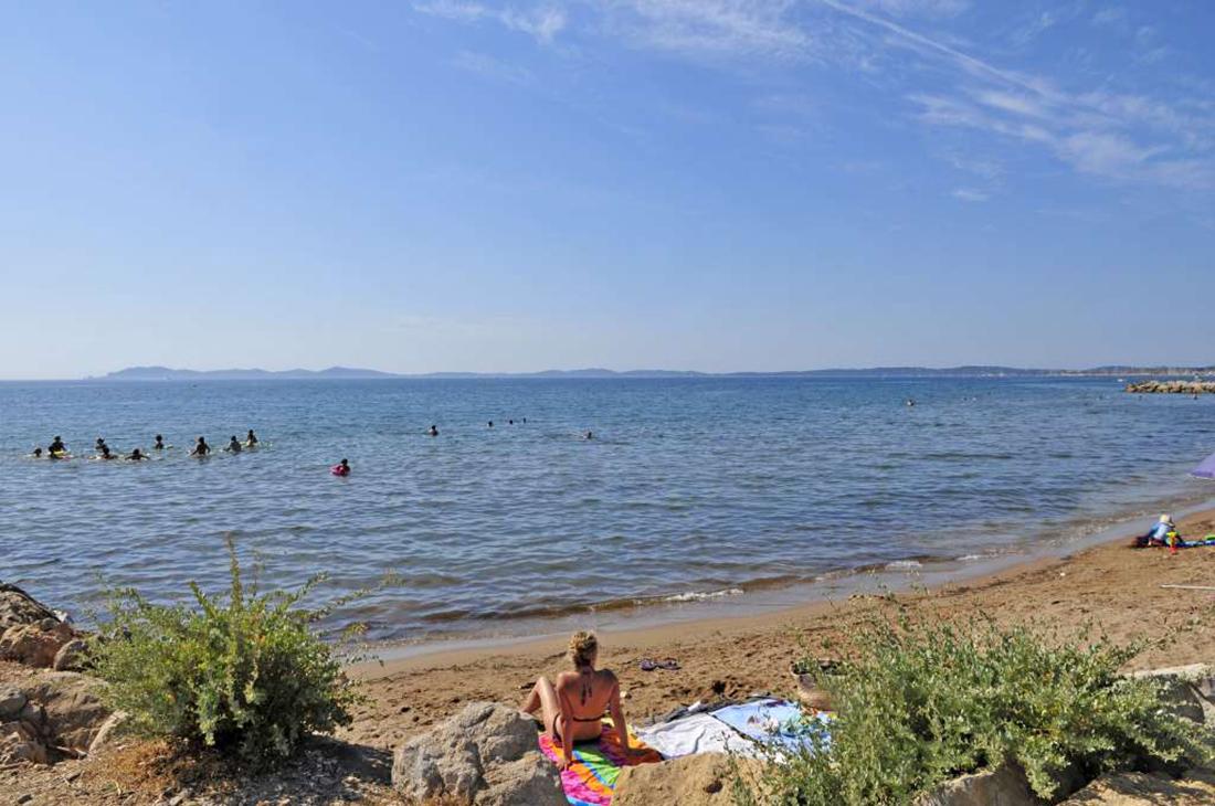 Camping en bord de mer d couvrez le camping domaine du for Camping dans le var bord de mer avec piscine